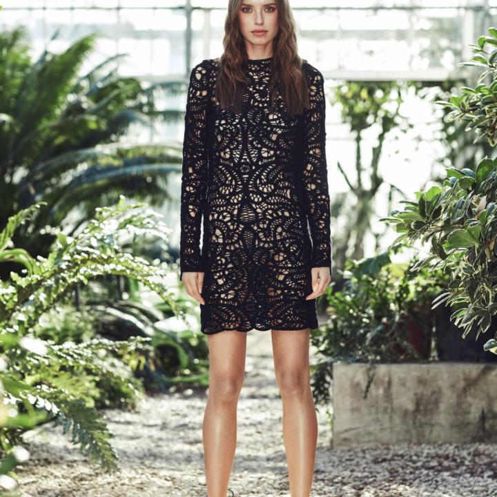 Sukienka mini z czarnej koronki