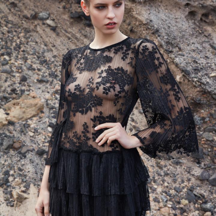 Sukienka z falbanami z plisowanej koronki