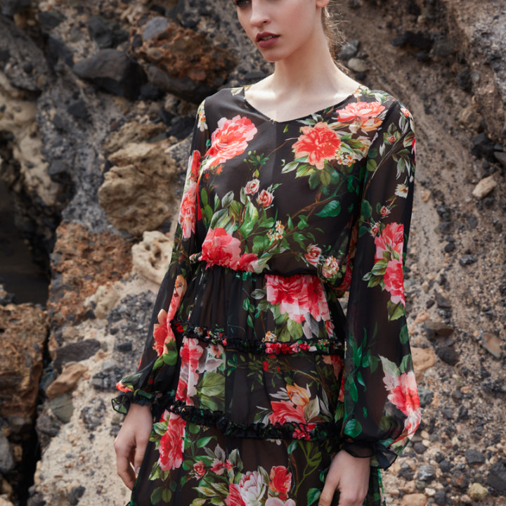 Sukienka w kwiaty z drobnymi falbankami