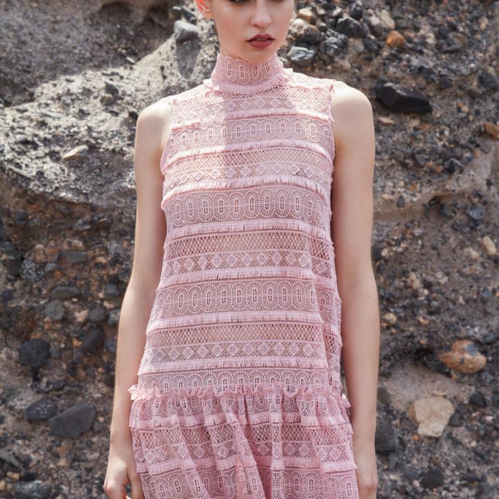 Koronkowa sukienka z obniżonym stanem różowa/czarna