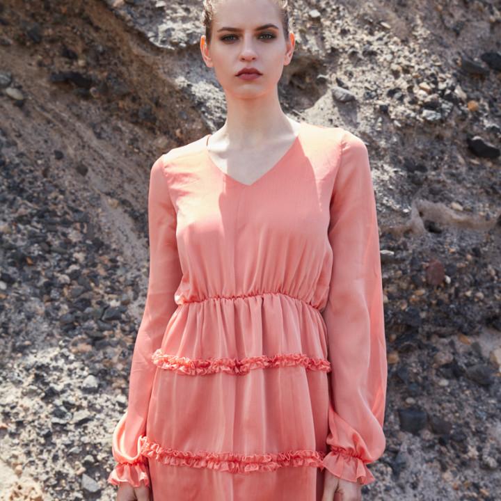 Sukienka z drobnymi falbankami